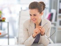 Portrait de femme de sourire d'affaires dans le bureau Photo libre de droits