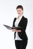 Portrait de femme de sourire heureuse d'affaires avec le dossier noir, isolant Images libres de droits