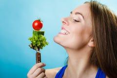 Portrait de femme de sourire tenant la nourriture saine Image stock