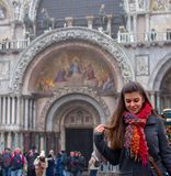 Portrait de femme elle est devant l'église et les regards à la terre photographie stock