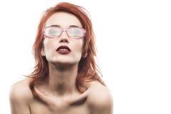 Portrait de femme en verre d'Eyewear d'isolement sur le blanc Photo libre de droits