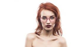 Portrait de femme en verre d'Eyewear d'isolement sur le blanc Photos stock