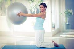 Portrait de femme enceinte tenant la boule d'exercice Photographie stock