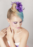 Portrait de femme féminine avec les cheveux blonds et bleus d'ombre et le maquillage pourpre Images libres de droits