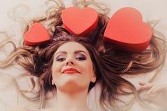 Portrait de femme heureuse Amour du jour de Valentine Photographie stock libre de droits