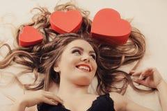 Portrait de femme heureuse Amour du jour de Valentine Photo stock