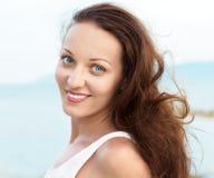 Portrait de femme heureuse avec des yeux bleus images libres de droits