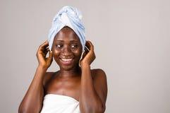 Portrait de femme heureuse envelopp? en serviettes bleues et blanches photo stock
