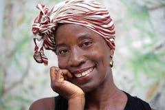 Portrait de femme heureuse et attirante photo stock