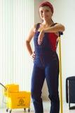 Portrait de femme heureuse faisant des corvées nettoyant le plancher à la maison images libres de droits