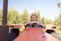 Portrait de femme heureuse se reposant dans le tracteur Image libre de droits