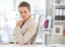 Portrait de femme intéressée d'affaires dans le bureau Photo stock