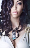 Portrait de femme, longs cheveux noirs, buste Images libres de droits