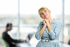 Portrait de femme mûre de sourire réfléchie Image stock