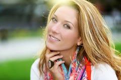 Portrait de femme mûre de sourire dehors photos libres de droits