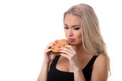 Portrait de femme mangeant l'hamburger Fin vers le haut Fond blanc Photographie stock