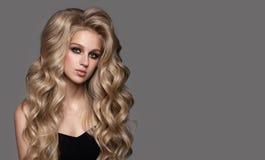 Portrait de femme mignonne avec de longs cheveux onduleux photo stock