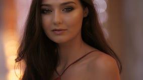 Portrait de femme de mode dans la robe rouge banque de vidéos