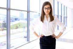 Portrait de femme moderne d'affaires dans le bureau Images stock