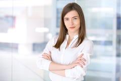 Portrait de femme moderne d'affaires dans le bureau Photo libre de droits