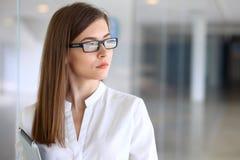 Portrait de femme moderne d'affaires dans le bureau Images libres de droits