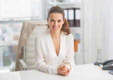 Portrait de femme moderne d'affaires dans le bureau Image libre de droits