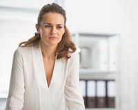 Portrait de femme moderne d'affaires dans le bureau Photos libres de droits