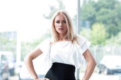 Portrait de femme moderne d'affaires dans le bureau brouillé de fond Photo stock