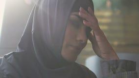 Portrait de femme musulmane bouleversée, problème de discrimination, inégalité de genre banque de vidéos