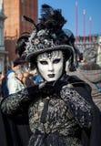 Portrait de femme portant le costume noir et le masque blanc sur le veneti Images stock