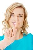 Portrait de femme poussant le bouton imaginaire Images stock