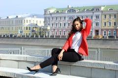 Portrait de femme réussie de sourire d'affaires de jeunes Les gens, mignon, extérieurs Photographie stock libre de droits