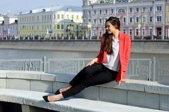 Portrait de femme réussie de sourire d'affaires de jeunes Les gens, mignon, extérieurs Image libre de droits