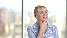 Portrait de femme de rêverie mûre d'affaires banque de vidéos