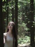 Portrait de femme romantique dans l'innocence de forêt Photographie stock