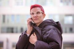 Portrait de femme rousse parlant au téléphone Photo libre de droits