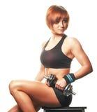 Portrait de femme rousse reposant et tenant des courroies et la séance d'entraînement Photo stock