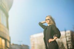 Portrait de femme sûre d'affaires sur le fond du ciel bleu dans la ville Photographie stock libre de droits