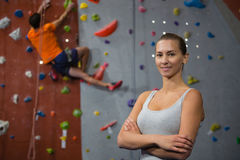 Portrait de femme sûre avec le mur s'élevant d'ami à l'arrière-plan Photo stock