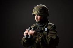 Portrait de femme sans armes avec le camouflage Le jeune soldat féminin observent avec des jumelles photos stock