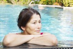 Portrait de femme se baignant dans la piscine Images stock