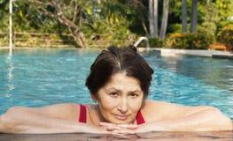 Portrait de femme se baignant dans la piscine Photographie stock