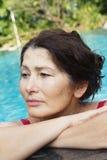 Portrait de femme se baignant dans la piscine Photo stock