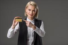 portrait de femme se dirigeant à la carte de crédit à disposition Photo stock