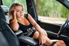 Portrait de femme se reposant dans la voiture photographie stock