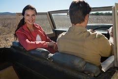 Portrait de femme se reposant par l'homme dans outre du véhicule routier Image libre de droits