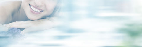 Portrait de femme se trouvant sur la table de massage avec le lavander Photographie stock libre de droits