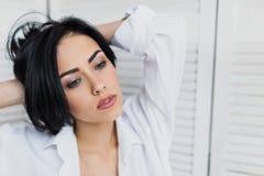 Portrait de femme sensuelle de brune dans la chemise blanche Photos libres de droits