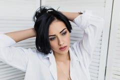Portrait de femme sensuelle de brune dans la chemise blanche Image libre de droits