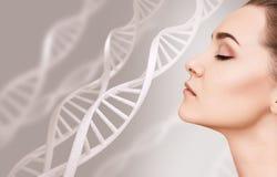 Portrait de femme sensuelle parmi des chaînes d'ADN image libre de droits